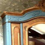 armoire à glace relookée détail corniche bois et gris