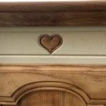 Bonnetière ancienne motif coeur en corniche