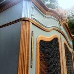 Armoire bibliothèque corniche grise et bois vue de côté