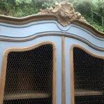 Armoire bibliothèque corniche gris et bois