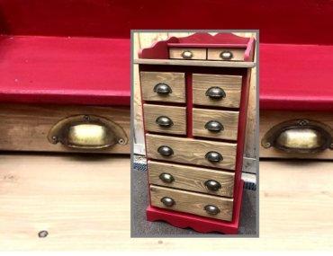 Relooking d'un petit meuble en pin à tiroirs