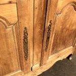 Détail d'une porte du buffet en merisier
